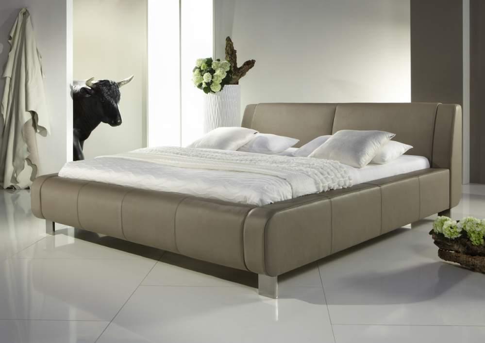 Двуспальная модель мебели с ножками