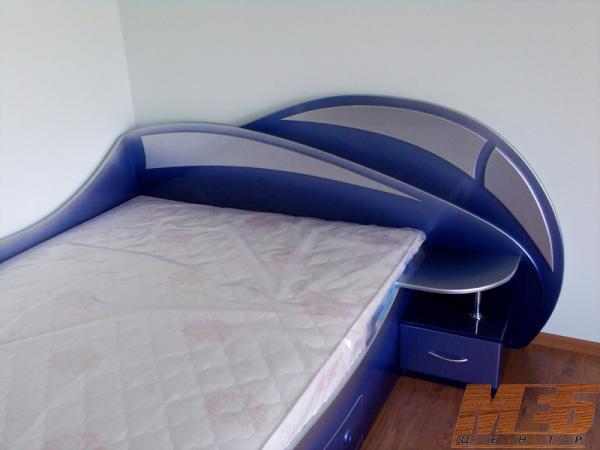Двуспальная угловая кровать с выдвижными бельевыми ящиками и встроенной прикроватной тумбой