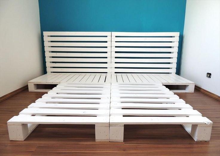 Фото каркаса кровати составленного из окрашенных паллет