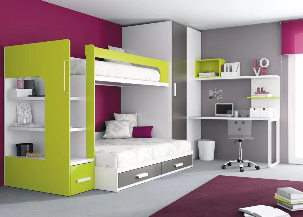 Использование двухъярусных кроватей в комнатах у подростков имеет достаточно много преимуществ
