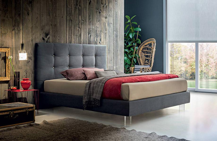 Итальянская мягкая кровать на ножках