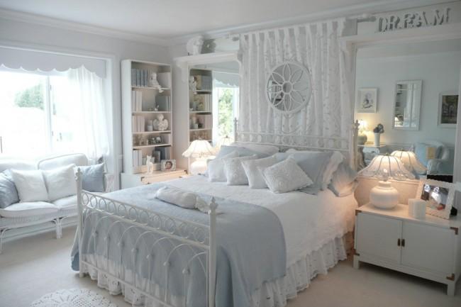 Изящная кованая кровать в интерьере миловидной светлой спальни