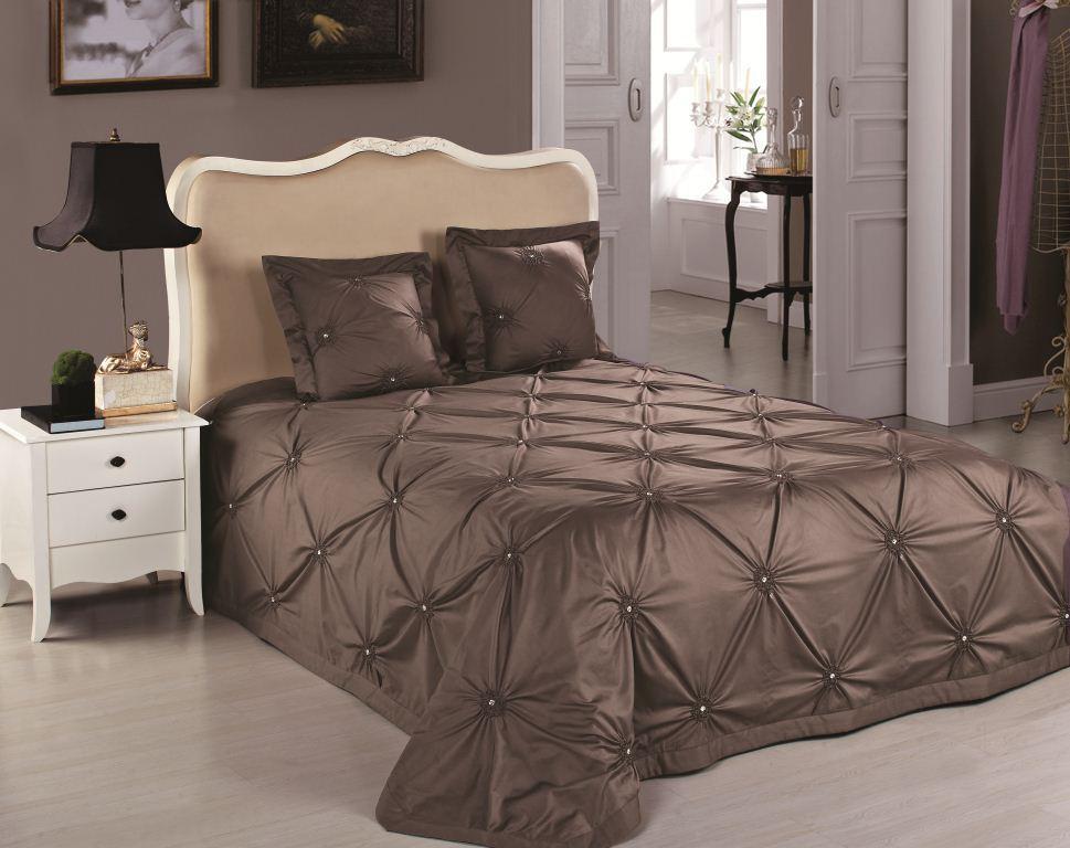 Korichnevoe-pokryvalo-na-osnove-barhata Как выбрать покрывало на кровать в спальню: фото новинки