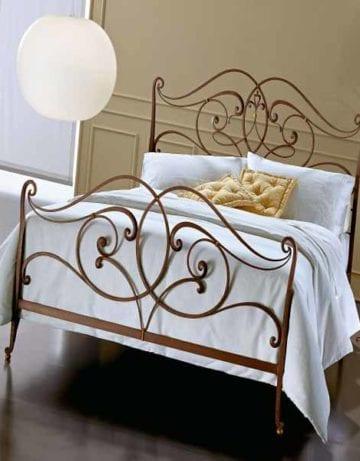 Кованая кровать золотого цвета