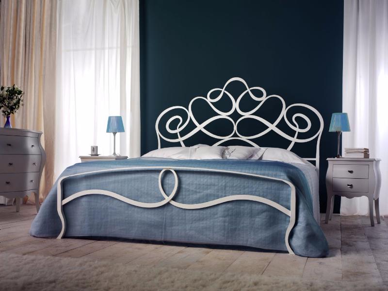 Кованые кровати белого цвета в интерьере спальни
