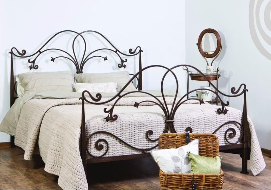 Кованые кровати из Малайзии для дома