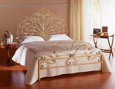 Кованые кровати в золотом цвете