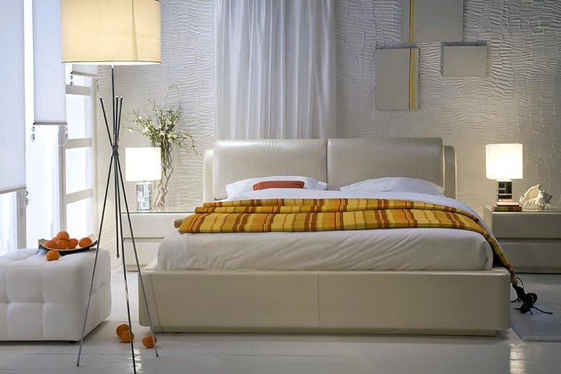 Кожаная двуспальная кровать в интерьере спальни