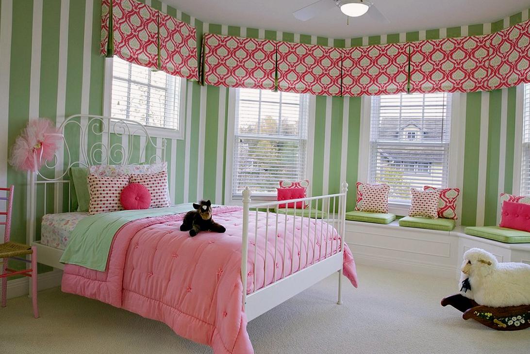 Красивая детская комната для девочки с большой кроватью