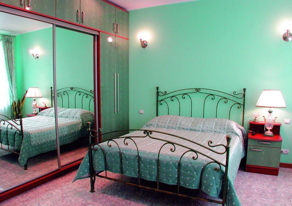 Креативный интерьер просторной спальни