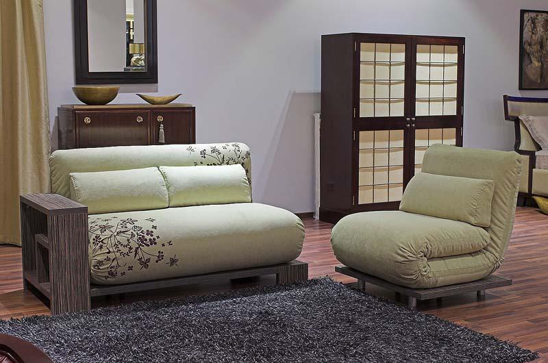 Кресло без подлокотников в интерьере гостиной