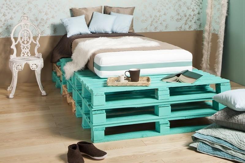 Кровать берюзового цвета