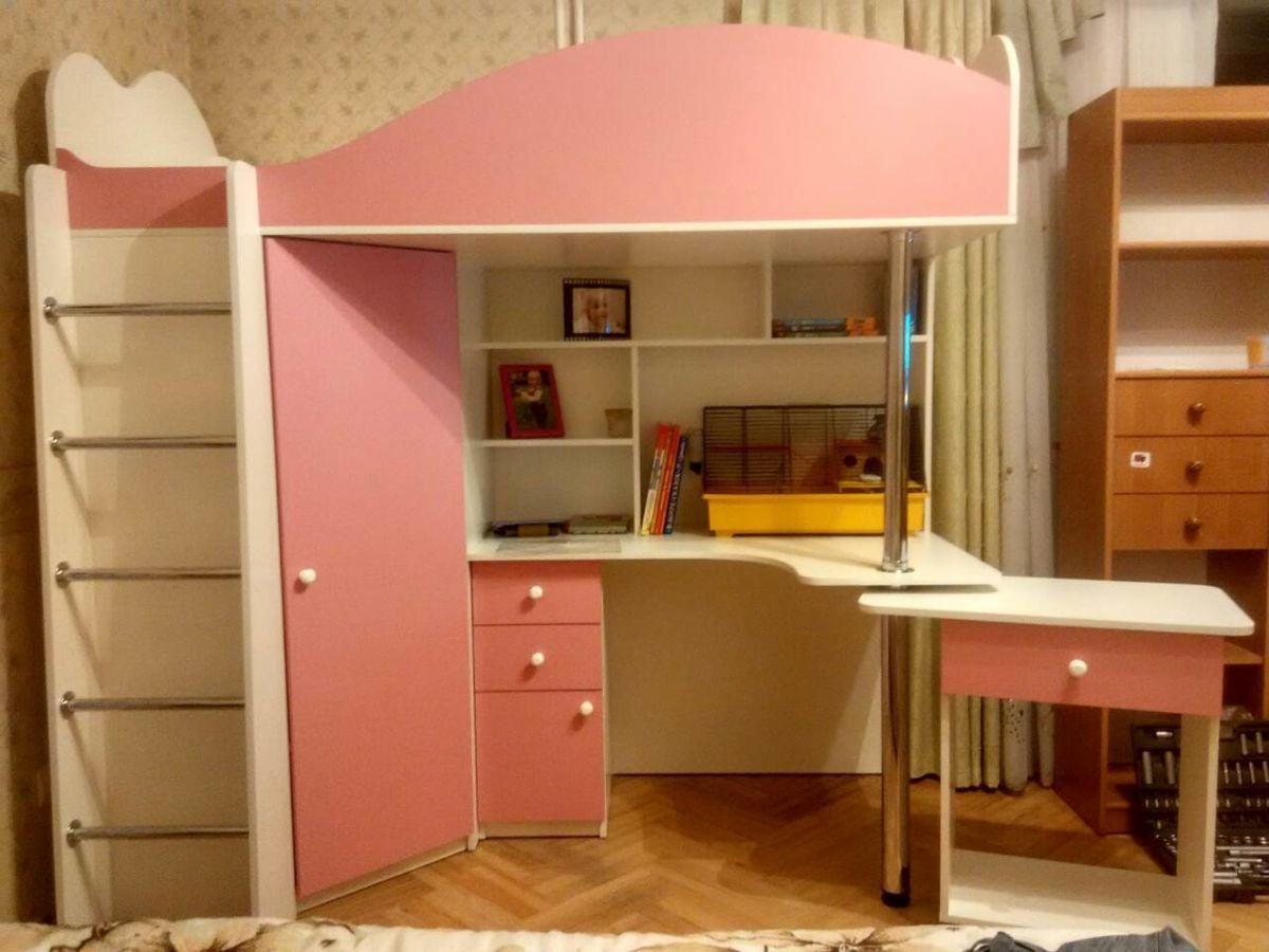 Кровать-чердак с выдвижным столом и угловым шкафом