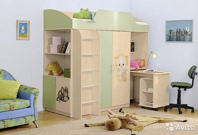 Кровать-чердак с выкатным столом и шкафом