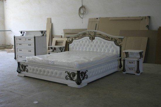 Кровать из натурального дерева с художественной ковкой