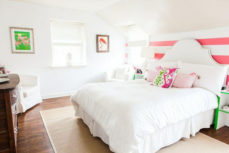 Кровать с подзором в спальне