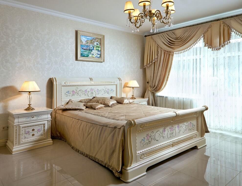 Кровать со стационарным изголовьем, украшенным художественной резьбой