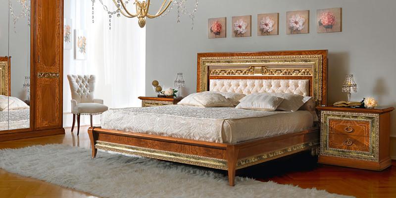 Кровать в итальянском стиле из массива дерева в спальне