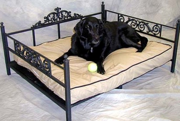 Металлическая кровать для животных