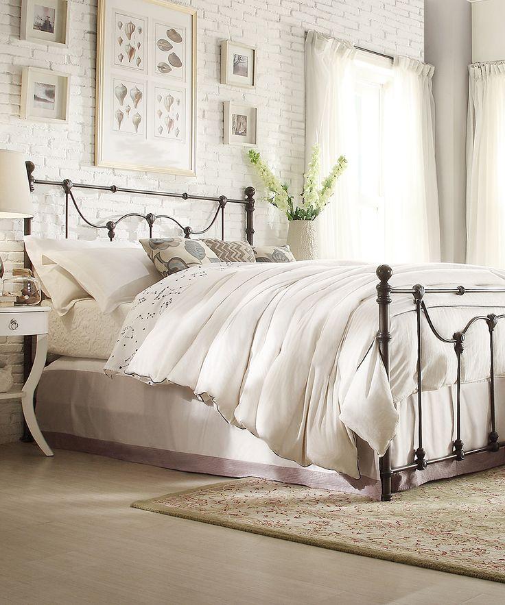 Металлические кровати в интерьере комнаты