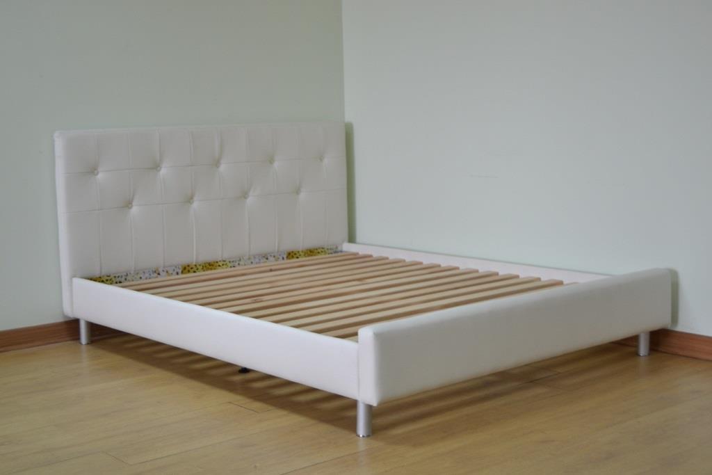 Мягкая кровать белого цвета