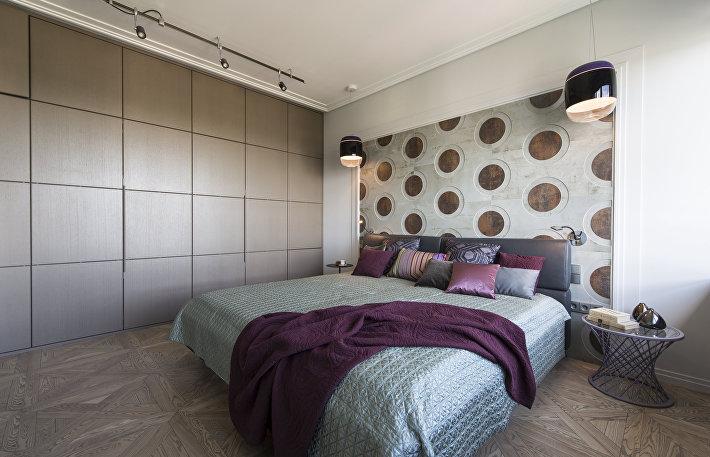 Накройте кровать покрывалом, чтобы оно аккуратно и равномерно свисало со всех сторон