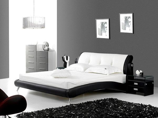 Обивка изголовья кровати выполнена из натуральной кожи, а боковины из искусственной экокожи
