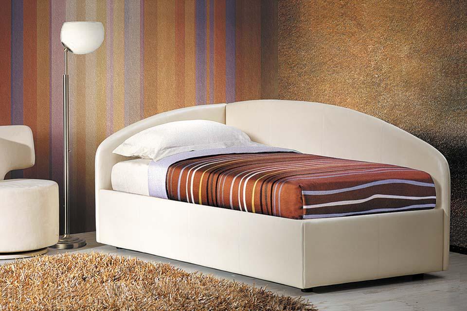 Односпальная кровать белого цвета