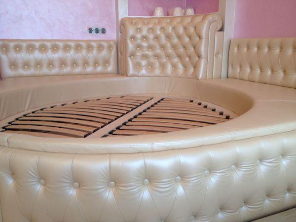 Овальная кровать в спальню