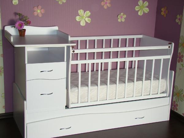 Пеленальный столик и кровать