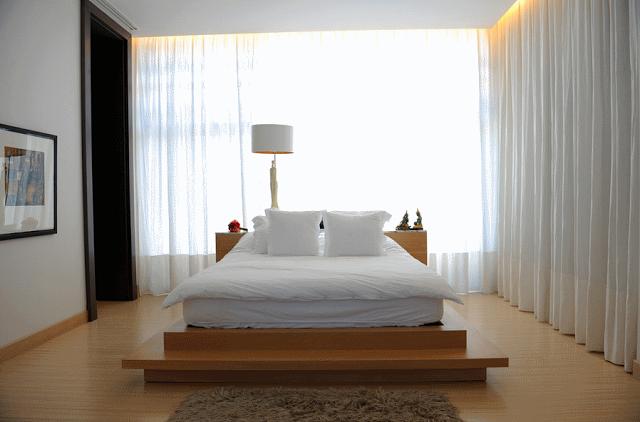 Платформенные кровати в современной спальне