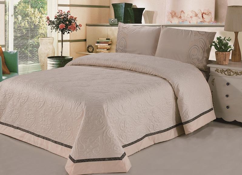 Покрывало защищает кровать от пыли