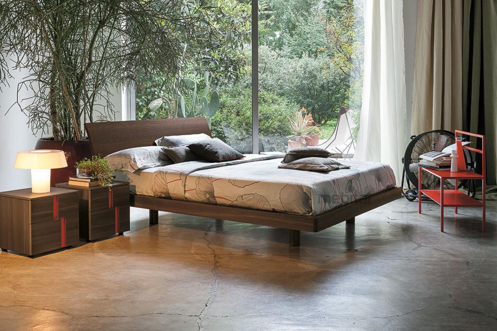 Помпезная деревянная кровать