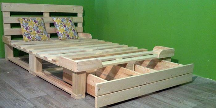 Самодельная кровать с изголовьем