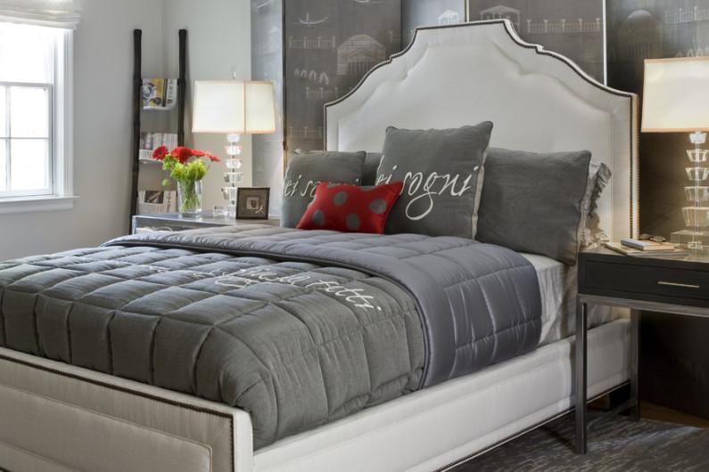 Серые оттенки на кровати