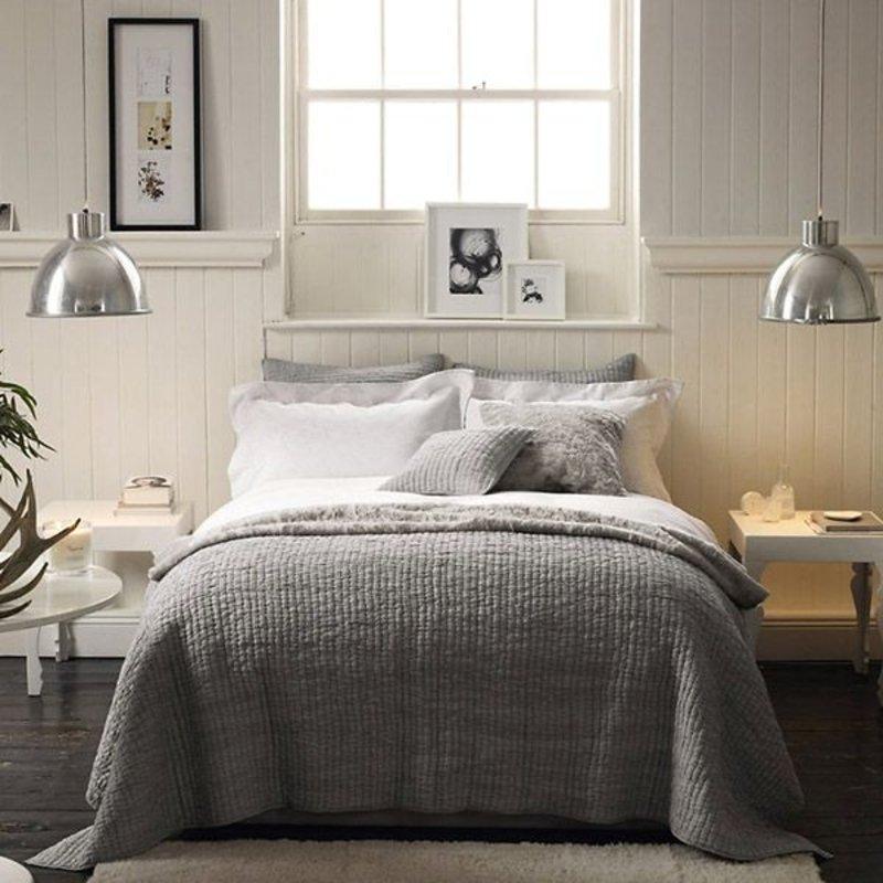Серые покрывала на кровати