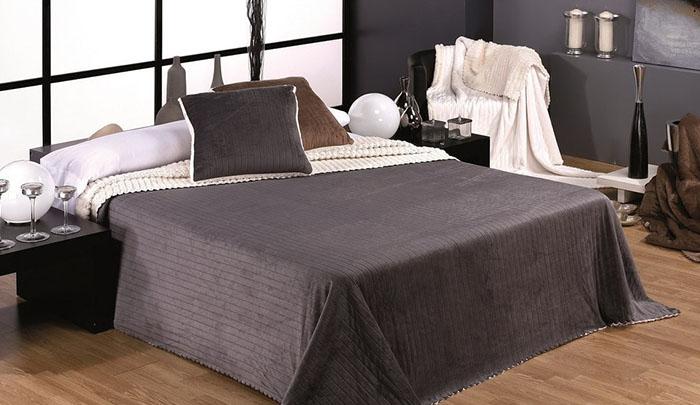 Сочетание черного и белого цвета на кровати