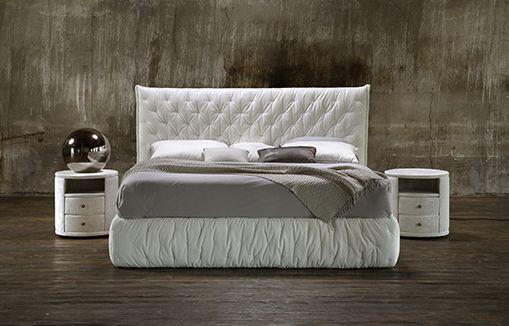 Современная кровать белого цвета