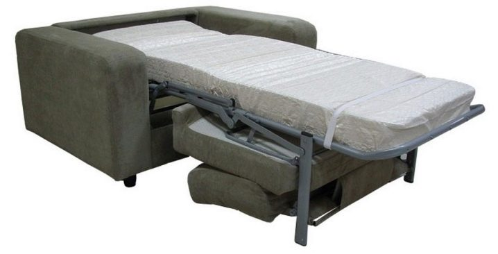 Спальное место образуется из спинки и сиденья кресла