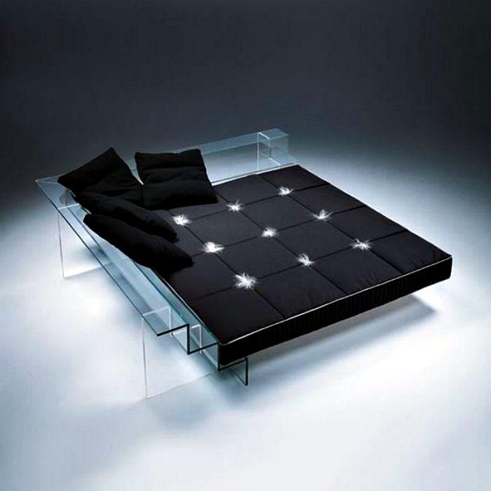 Стеклянный каркас этой роскошной кровати делает ее практически невидимой