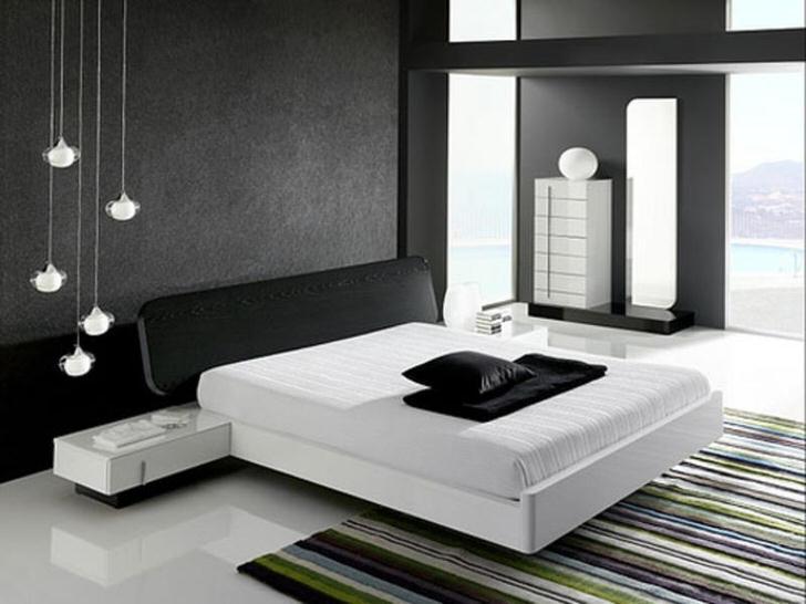 Стена у изголовья кровати