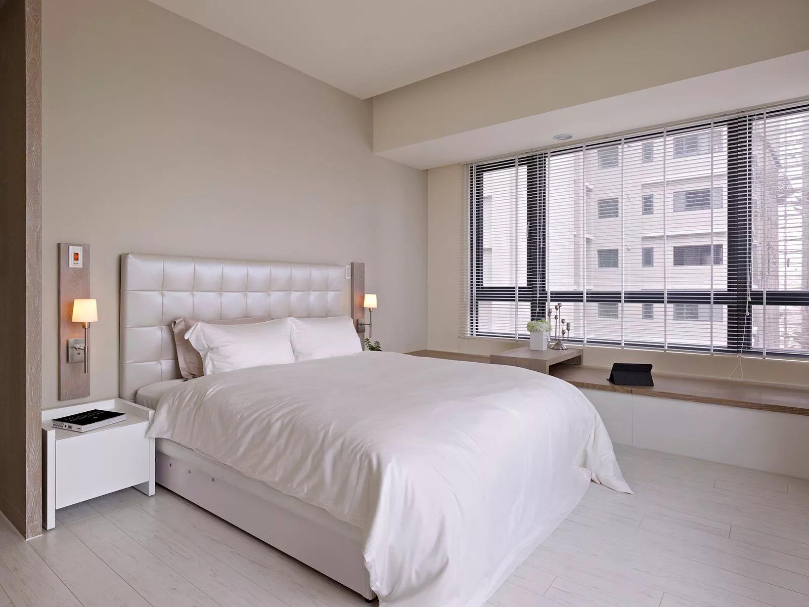 Трендом последних лет являются уютные белые двуспальные кровати
