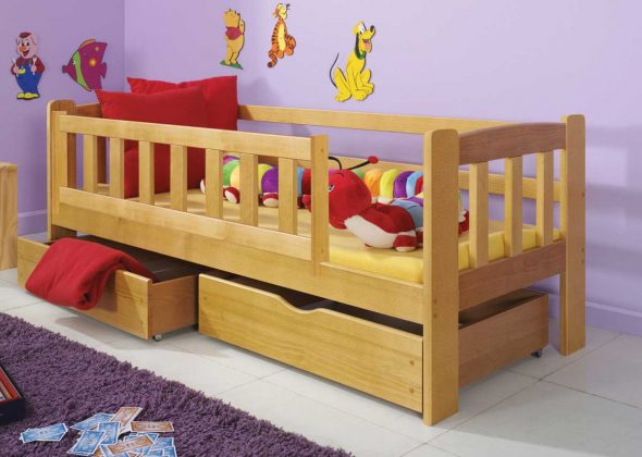 Удобная кровать с бортиками из дерева