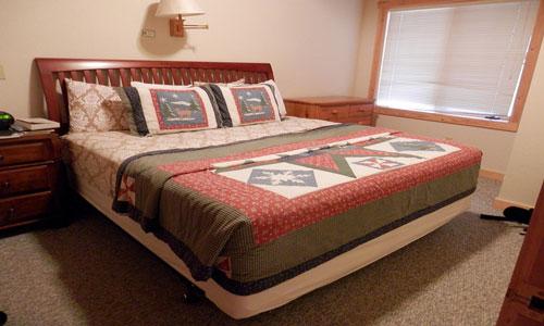 Уютно заправленная кровать в спальне