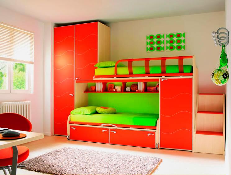 Яркая двухъярусная кровать для детей со шкафами в интерьере комнаты