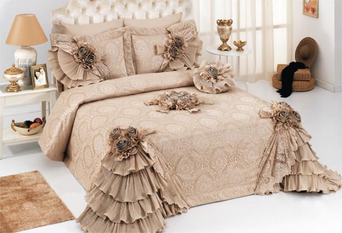 ZHakkardovoe-pokryvalo-na-krovat-s-mnogochislennymi-ryushami Как выбрать покрывало на кровать в спальню: фото новинки