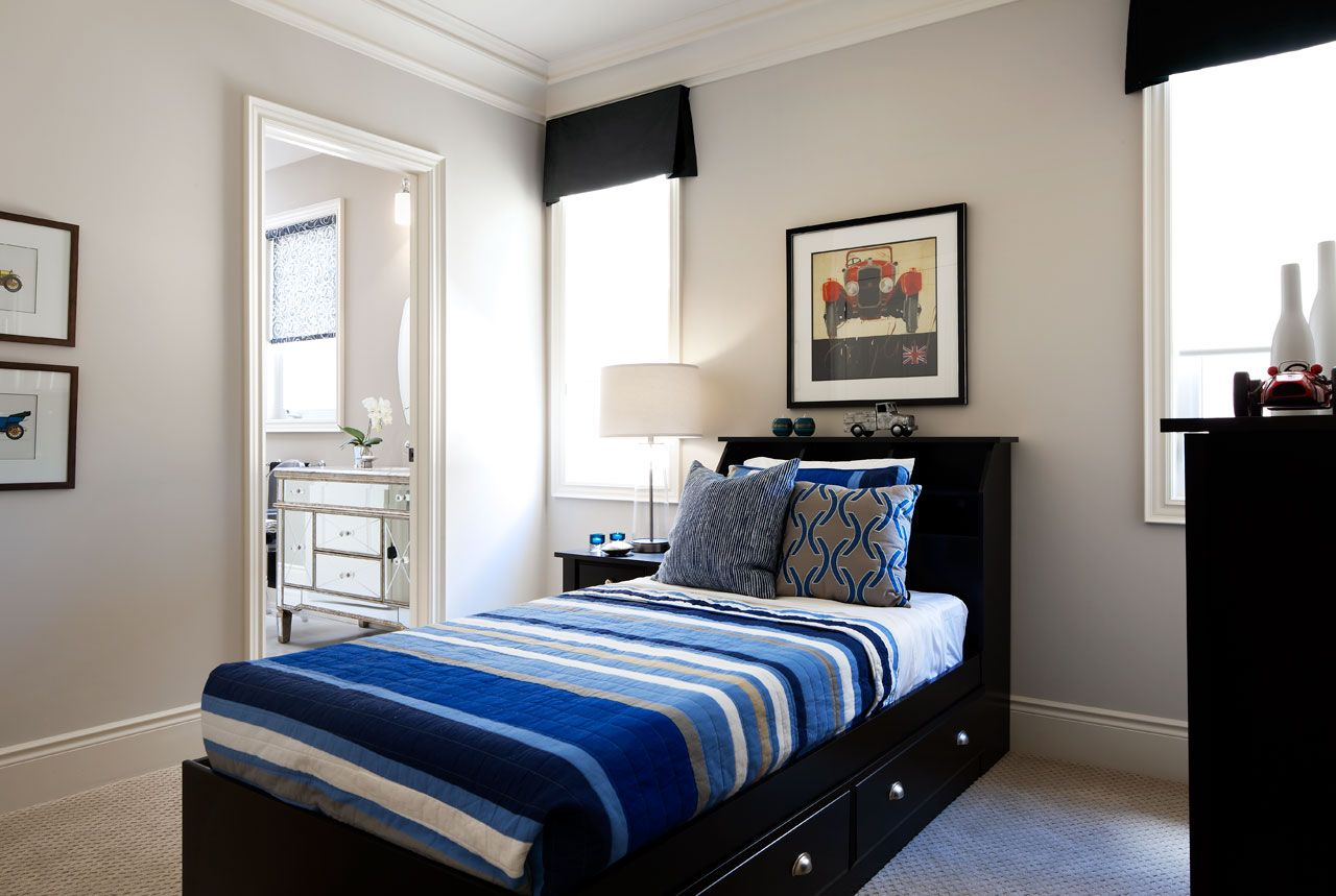Черная односпальная кровать с ящиками