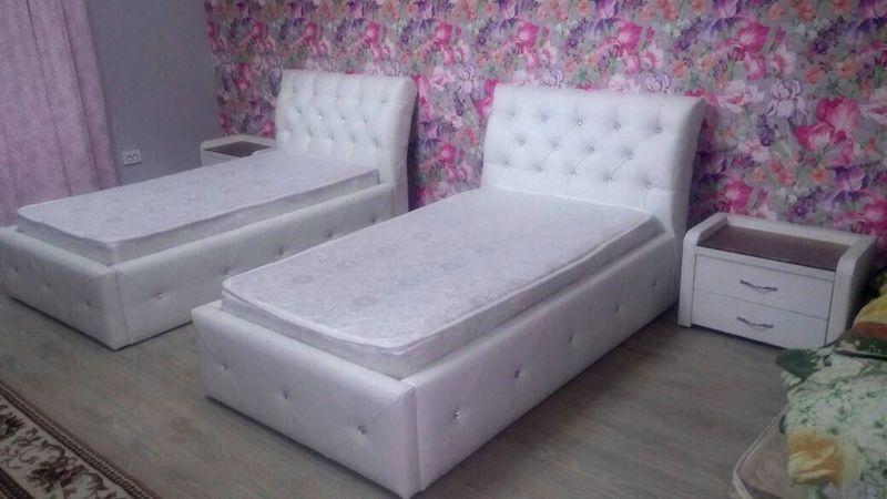 Две белые кровати