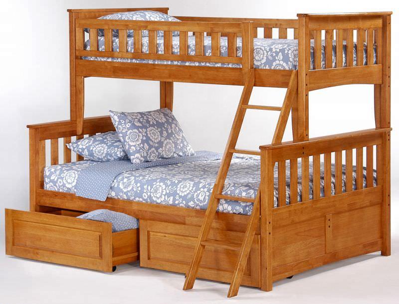 Двухъярусная кровать из дерева с лесенкой