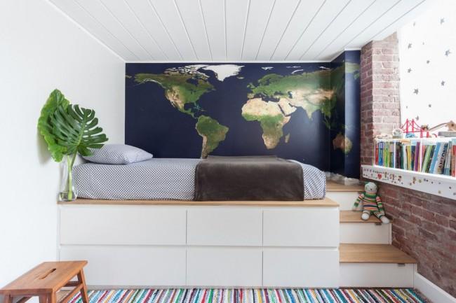 Функциональный высокий подиум с лесенкой в детской комнате